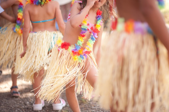 Hawaiian-themed birthday party in Italy | Infraordinario Studio | 100 Layer Cakelet