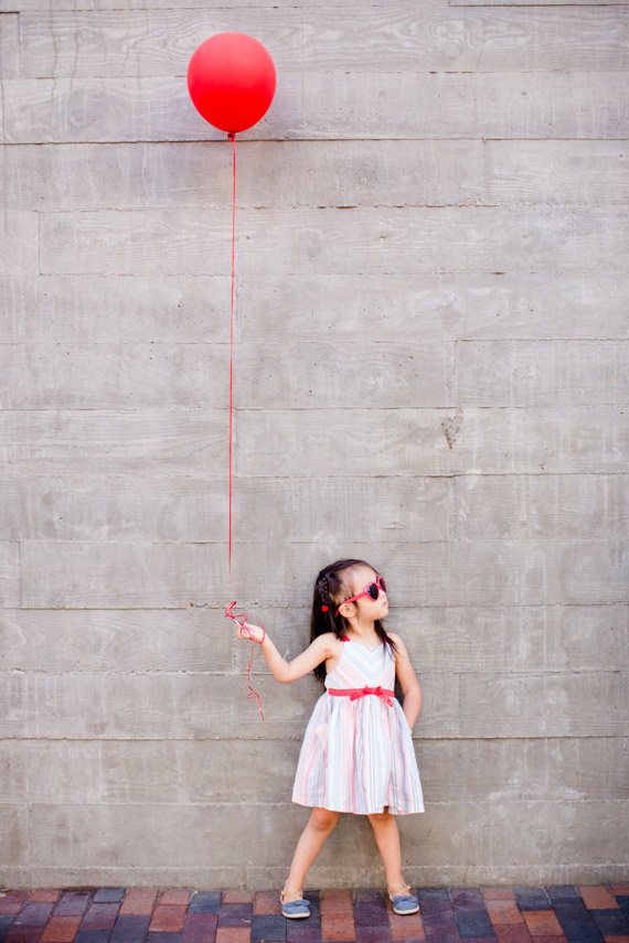 Red balloon family photos in San Diego | Acqua Photo | 100 Layer Cakelet