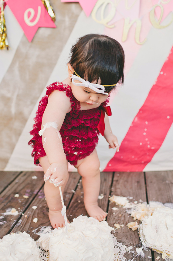 Baby girl cake smash party | The Leo Loves Photography | 100 Layer Cakelet